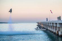 """""""الرجل النفاث"""" يحلق على ارتفاع 1800 متر في سماء دبي"""