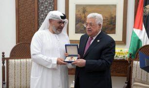"""الرئيس الفلسطيني يكرم الفنان جاسم النبهان وأسرة مسلسل """"خيانة وطن"""""""