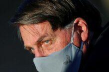 صحافيون يعتزمون مقاضاة رئيس البرازيل لنزعه الكمامة خلال لقائهم