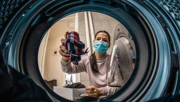 دراسة جديدة تفجر مفاجأة.. غسل الملابس خطر على الأرض!
