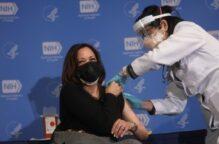 نائبة بايدن تتلقى الجرعة الثانية من اللقاح المضاد لـ«كورونا»