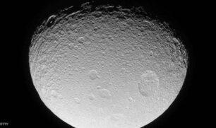 علماء يحلون لغز المادة الخضراء على «القمر»