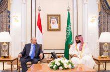 ولي العهد السعودي يناقش مع الرئيس اليمني التطورات في عدن